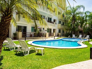 Relax Poolside in Paradise- Spacious equipped Condo close to 5th Avenue & Beach
