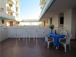 Beachfront Studio Huge Balcony - Beach Place & Amenities - Airco & Parking