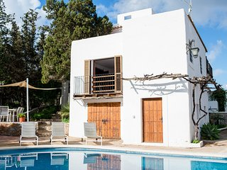 Authentic Spanish villa, 10 mins walk to  Beach, Perfect for families