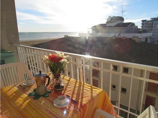 Seafront Building up to 6 Guests - Beach Place & Amenities - Airco & Parking