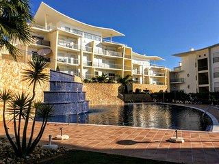 Panoramic View Modern Apartment. 1 bedroom, sleeps 4. Communal swimming pool