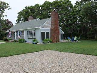 Bright and Sunny Cape Cod Cottage, walk to ocean