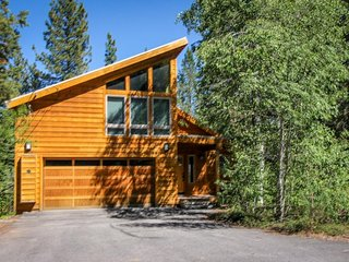 Spacious lodge with shared pool and hot tub in a lovely wooded spot, Truckee