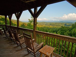 Beautiful View, Luxury 3 Bedroom, 3 Bath, 3 decks with 2 Hot Tubs, Pigeon Forge