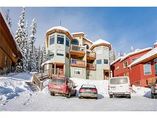 SLEEPS 19 True Ski In/Out-3 Bedroom+Den+Loft+Sauna+Pool Table and Hot Tub, Big White