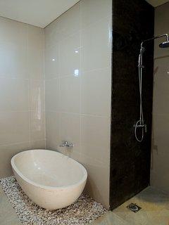 bath tub at the main bathroom