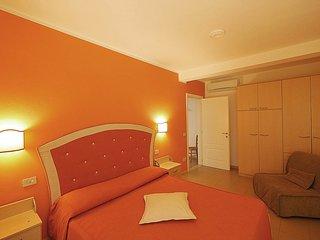 Camera matrimoniale con letto matrimoniale e poltrona letto singola