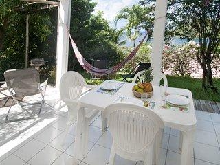 le coin repas sur la terrasse avec la magnifique vue sur la mer des Caraïbes à 200 m.