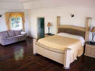 All Nations Guesthouse - Luxury Queen size bedroom with PVT balcony and Sea view