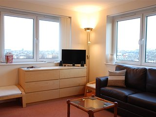 Penthouse Apt with amazing views, on-site gym, parking & 15 min from Princes Str