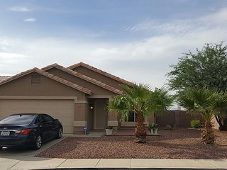 Beautiful 3 bdrm 2 bath home with pool near many venues, Goodyear