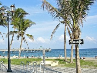 Cozy Renovated Condo One Block to Beach and Restaurants, Deerfield Beach