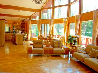Amazing Pocono Chalet **POOL**Privacy**Beach** MotorBoat on Lake Wallenpaupak, Tafton
