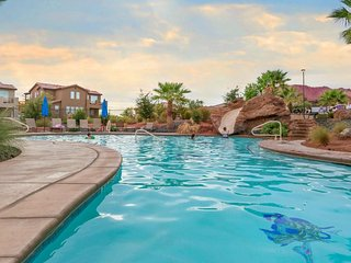 Great views, shared pool & hot tub, beautifully decorated