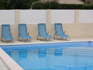 Spacious bungalow with pool, Marseillan
