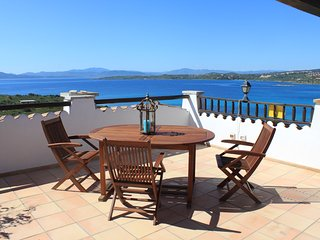 Lovely apartment with amazing view and pool, Golfo Aranci