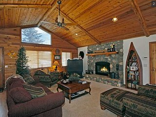 Great Location in Big Bear Lake with Hot Tub and Game Room!