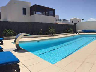 Luxury 3 bedroom villa, 10mtr pool & sea view