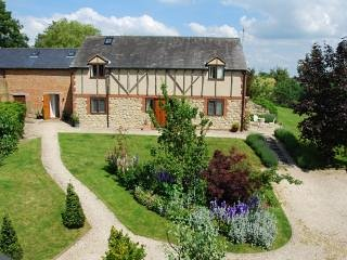 Little Barn Loft, set in pretty gardens close to Aylesbury. Good transport links, Stone