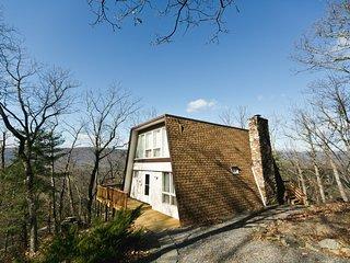 Cozy Mountain Chalet with Beautiful Bryce Mountain Views. WIFI & Fireplace