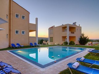 2 neighboring villas with large pool - up to 15 people!