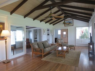 Charming Hawaiian Plantation home...walk to see the turtles or Maui at sunrise, Kailua