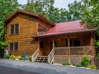 Log Inn Family Cabin-5BR/3BA resort pool, hot tub, WiFi, game room, pet friendly, Gatlinburg
