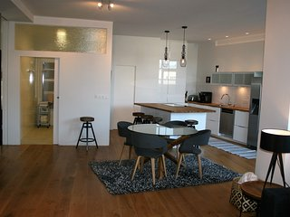 Luxury Apartment with private hot tub and free parking centrarl, Seltjarnarnes