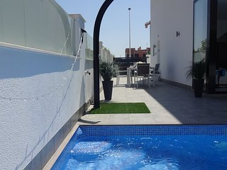 Luxury4 Bed Villa  P/H Pool, Hot Tub, walk to beach, 36 km to Murcia Int. Airpor
