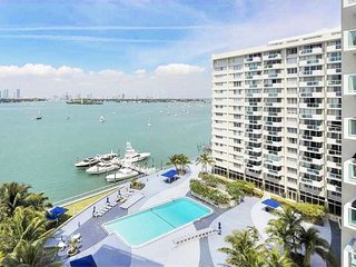 Deluxe  Luxury Bay/City view balcony Condo, free WiFi, 24 Gym, Spa., Miami Beach