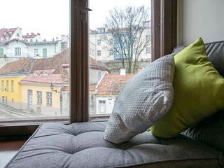 Modern studio apartment sleeps 3 with wonderful views of the old town, Tallinn