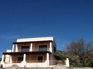 Lipari, Villa  panoramica a 100 m. dal mare e 400 dal porto - App. con 3 camere