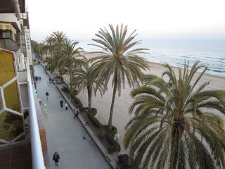 Oceanfront, spectacular views, central location, close Barcelona, 4-6 persons, Calafell