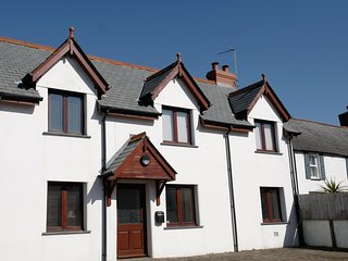 Well-equipped holiday cottage in central village location - sleeps 6