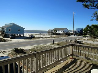 """Margaritaville"" ocean view home 200 FT to beach., Oak Island"
