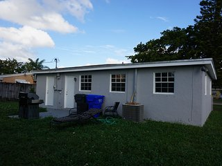 BEAUTIFUL 2 + DEN FAMILY HOUSE IN HOLLYWOOD FLORIDA