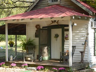 Cozy Cottage on Lavender Farm near Jack Daniel Distillery, with Breakfast option