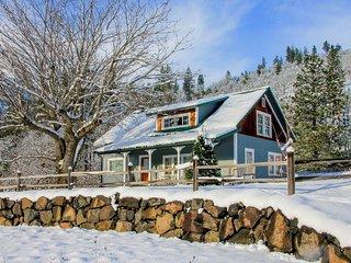 Historic waterfront farmhouse w/river access & mountain views, dogs OK!, Klickitat