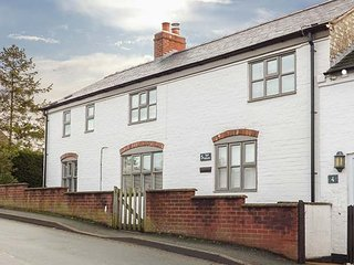 TOP HOUSE, en-suite bedrooms, woodburning stove, in Forden near Montgomery, Ref, Kingswood