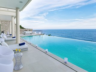 Ultimate Grand Cliff-Front Residence w. beach club, Ungasan