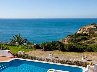 5 Bedroom villa with stunnign sea views walking distance to Carvoeiro