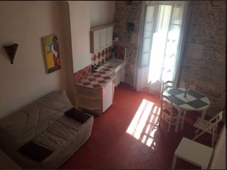 Face aux Arênes de Nîmes, grand studio mezzanine