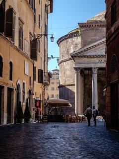 Il Pantheon è uno dei posti più suggestivi di Roma. Si raggiungere facilmente con il tram 8 in 20'!