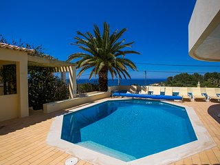 4 bedroom villa with fabulous sea views walking distance of Carvoeiro