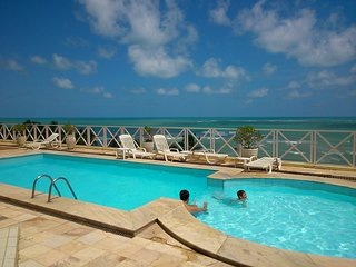 BEACH FRONT, POOL, PRIVATE PARKING AND 24 HOUR SECURITY. Barbecue. A beautiful v, Pirangi do Norte