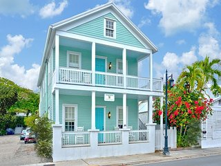 ~ HARRY TRUMAN SUITE ~ Luxury Suite w/ Pvt Porch. Close to Bars and Beaches!