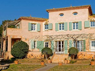 Languedoc vacation rentals on a golf course with pool, Montblanc