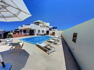 Villa Sabela con vistas al mar a 300 metros del paseo maritimo