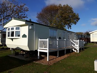 Willerby Manor. A comfy home from home with decking and sea view, Mersea Island