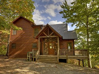 PRIVATE Dreamview Cabin, 3/3, Hot Tub, Pool Table!, Cherry Log